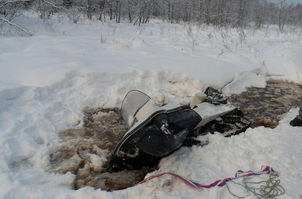Снегоход провалился под лед